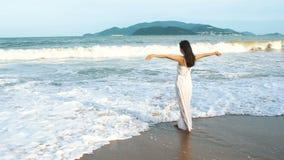 Donna che cammina sulla spiaggia di estate Ragazza asiatica multirazziale felice che va al mare archivi video