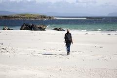 Donna che cammina sulla spiaggia in isola di Iona Fotografia Stock