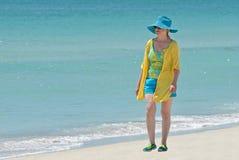Donna che cammina sulla spiaggia fotografia stock