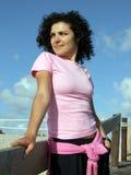 Donna che cammina sulla spiaggia sopra Fotografie Stock