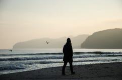 Donna che cammina sulla spiaggia una GEN del ¼ dell'isola RÃ in Germania immagini stock libere da diritti
