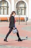 Donna che cammina sulla via fotografie stock libere da diritti
