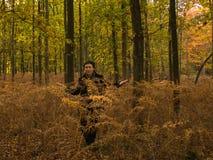 Donna che cammina in una bella foresta di autunno immagini stock
