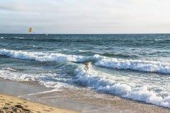 Donna che cammina verso le onde di oceano Oceano Pacifico Los Angeles immagine stock libera da diritti