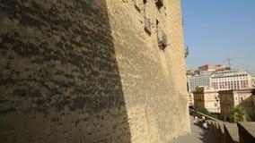 Donna che cammina vicino al bello castello antico dell'uovo a Napoli, turismo in Italia stock footage
