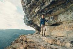 Donna che cammina vicino all'alta scogliera Fotografie Stock