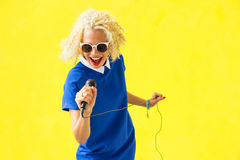Donna che canta con il microfono fotografia stock