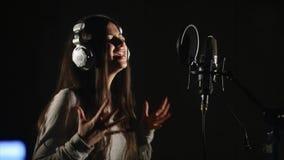 Donna che canta emozionalmente nello studio di registrazione archivi video