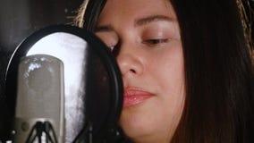 Donna che canta emozionalmente nello studio di registrazione video d archivio