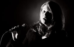Donna che canta gli azzurri Fotografie Stock Libere da Diritti