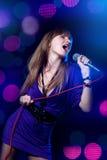 Donna che canta nel microfono Immagini Stock Libere da Diritti