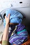 Donna che carica la lavatrice nella stanza da bagno Immagini Stock Libere da Diritti