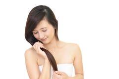 Donna che cattura cura dei suoi capelli Immagine Stock Libera da Diritti