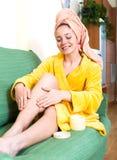 Donna che cattura cura dei suoi piedini Immagini Stock