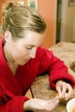 Donna che cattura farmaco Fotografia Stock
