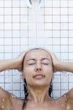 Donna che cattura un acquazzone Fotografie Stock Libere da Diritti