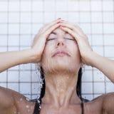 Donna che cattura un acquazzone Fotografia Stock