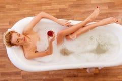 Donna che cattura un bagno Fotografie Stock Libere da Diritti