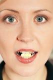 Donna che cattura una pillola Fotografia Stock Libera da Diritti