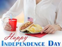 Donna che celebra festa dell'indipendenza americana Fotografia Stock