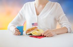 Donna che celebra festa dell'indipendenza americana Immagine Stock Libera da Diritti