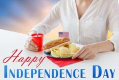 Donna che celebra festa dell'indipendenza americana Fotografie Stock