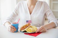 Donna che celebra festa dell'indipendenza americana Fotografie Stock Libere da Diritti