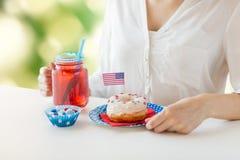 Donna che celebra festa dell'indipendenza americana Immagini Stock