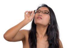 Donna che cerca attraverso i vetri Fotografia Stock Libera da Diritti