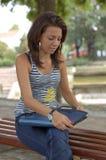 Donna che cerca cartella Fotografie Stock