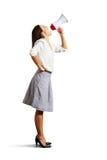 Donna che cerca e che grida in megafono Fotografia Stock