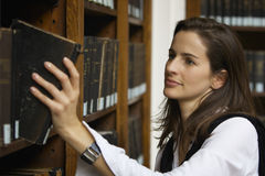 Donna che cerca i libri Fotografie Stock Libere da Diritti
