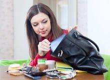 Donna che cerca qualcosa in sua borsa Fotografia Stock Libera da Diritti