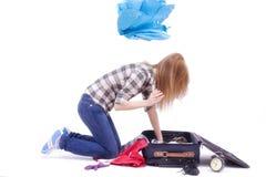 Donna che cerca in un sacchetto di corsa Fotografia Stock Libera da Diritti