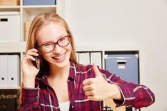 Donna che chiama con il suo telefono cellulare ed il suo pollice su Fotografia Stock Libera da Diritti