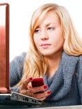 Donna che chiama dal telefono e che lavora al computer portatile Immagini Stock Libere da Diritti
