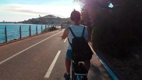 Donna che cicla sulla pista ciclabile video d archivio