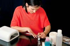 Donna che colora le sue unghie Fotografie Stock Libere da Diritti