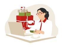 Donna che compera online con un credito o una carta di debito per il Natale fotografie stock libere da diritti