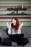 Donna che compera online dalla casa Immagini Stock