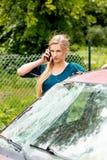 Donna che compone il suo telefono dopo l'incidente stradale Fotografie Stock Libere da Diritti