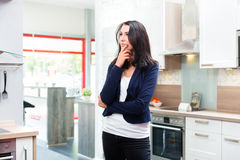 Donna che compra cucina domestica in negozio di mobili Immagini Stock