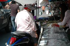 Donna che compra frutti di mare freschi Fotografia Stock