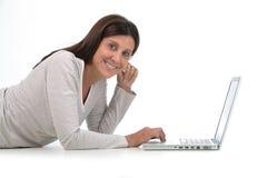 Donna che compra in linea fotografia stock libera da diritti