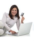 Donna che compra in linea immagine stock libera da diritti