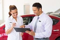 Donna che compra nuova automobile immagine stock libera da diritti