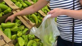 Donna che compra peperone dolce nella drogheria archivi video