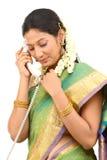 Donna che comunica con il telefono fotografia stock