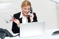 Donna che comunica sui vetri dell'occhio della holding del telefono Fotografie Stock Libere da Diritti