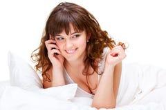 Donna che comunica sul cellulare Fotografie Stock